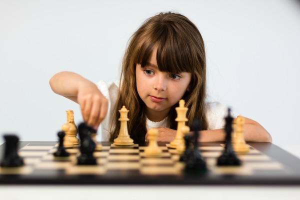 littlegirlplayingchess